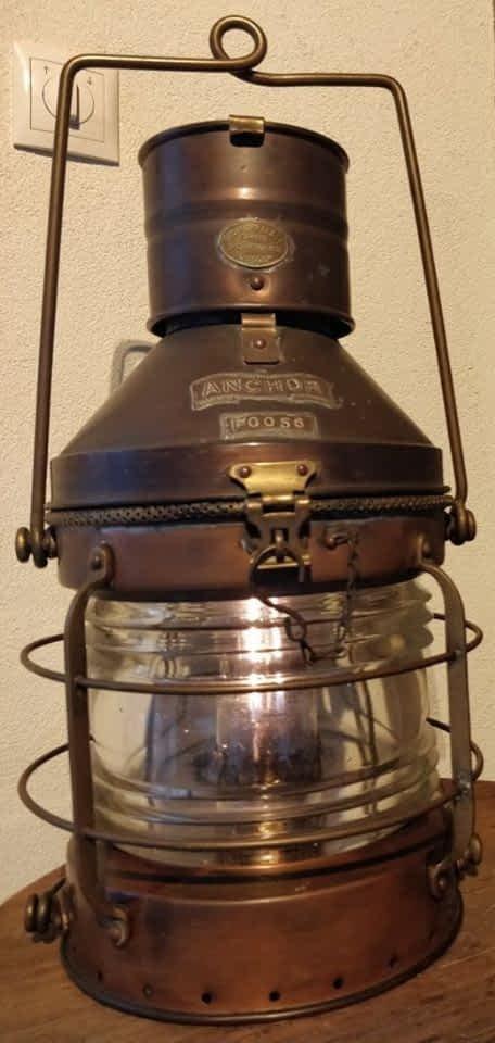 R.C. Murray & Co scheepslamp van koper met goed zichtbare messing details op de lamp.