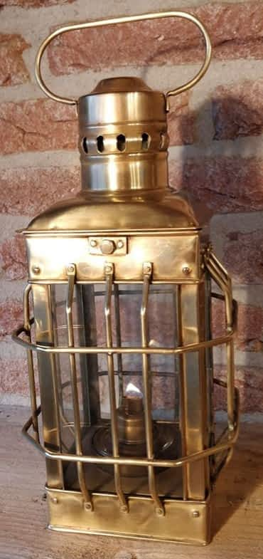 Cabinelamp van messing en brandt op olie