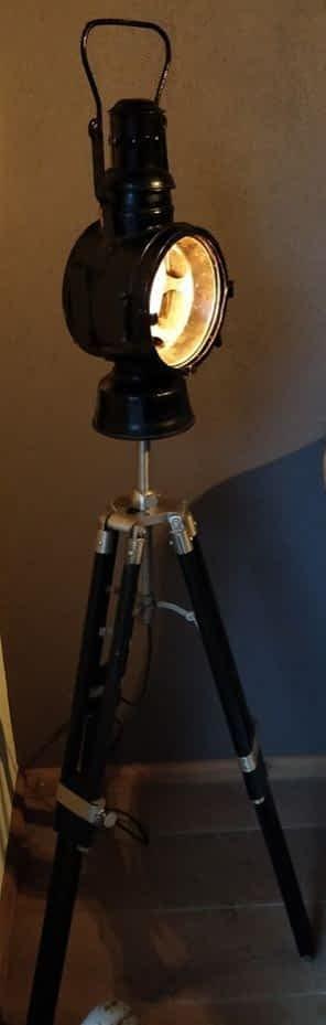Treinlamp op een houten statief