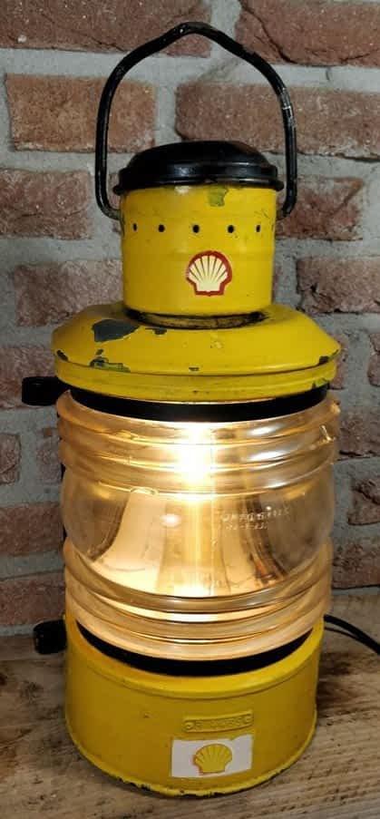 Een gele toplicht van zink met duidelijk het shell logo