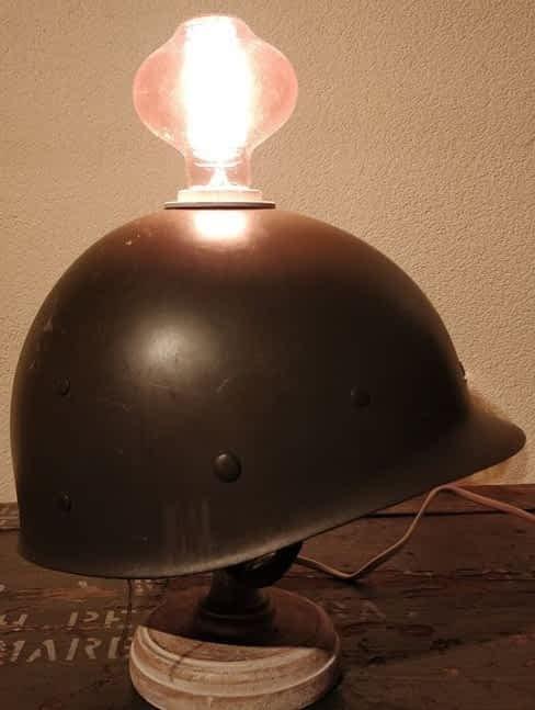 Bijzondere lamp van een oude legerhelm welke gedragen is door J. Turnhout