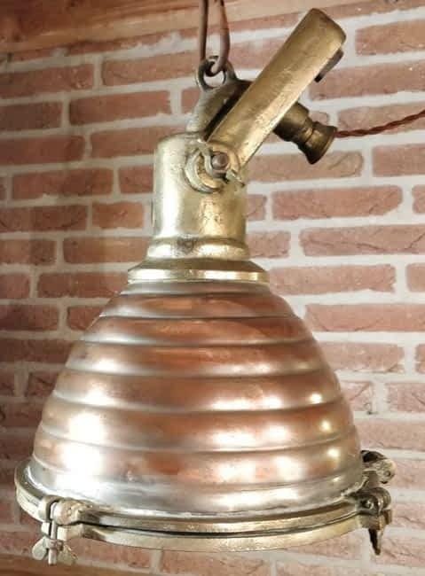 Scheepsdeklamp met een koperen kap en messing beugel