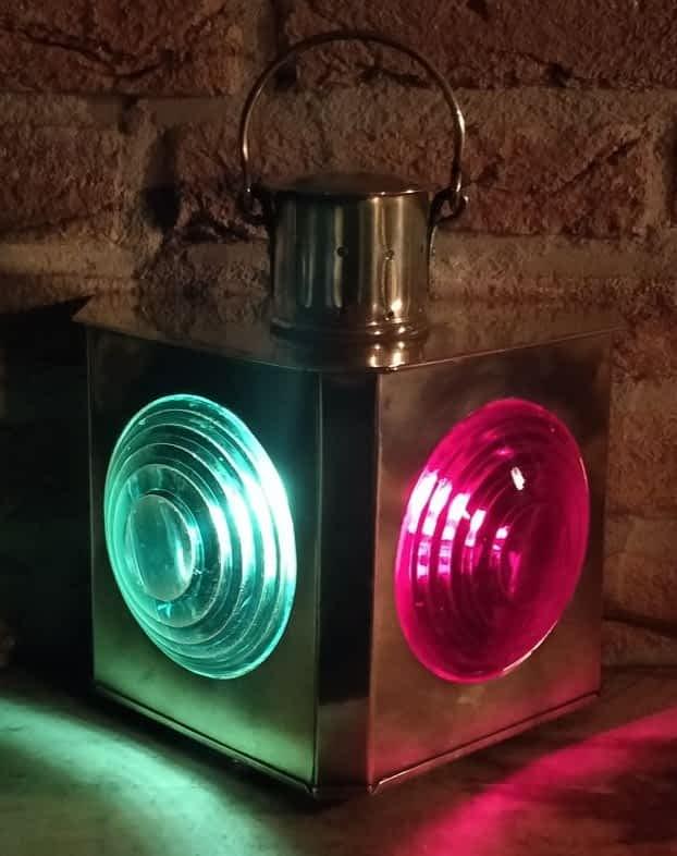tweekleur scheepslamp met groen en rood glas.