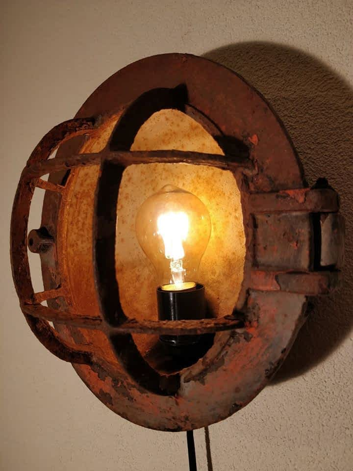 kooilamp met prachtige oude verflagen wat het een industriële look geeft