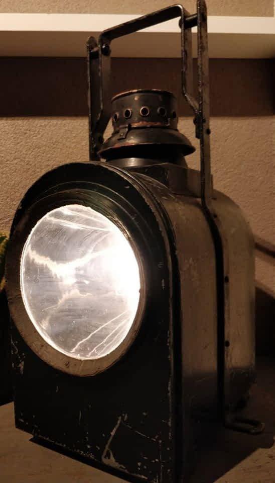 Brandende wagonlamp met wit licht en koperen kap